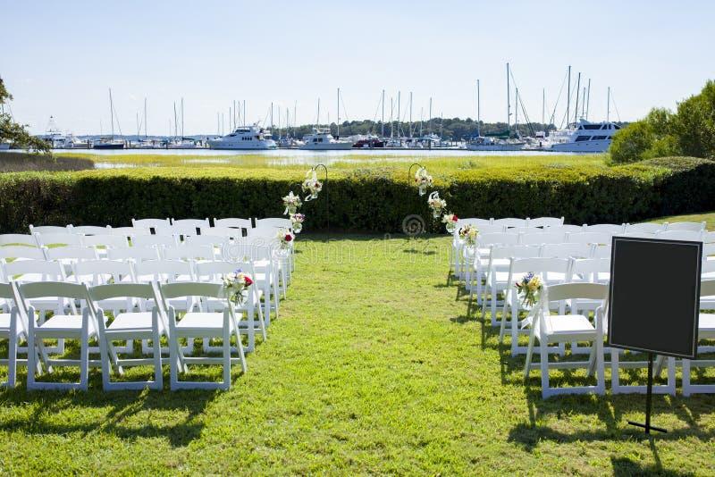 Utomhus- ceremoniplats för kust- bröllop arkivbilder