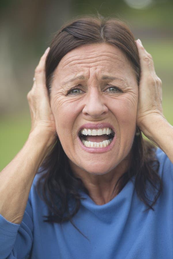 Utomhus- chockad stressad mogen kvinna fotografering för bildbyråer