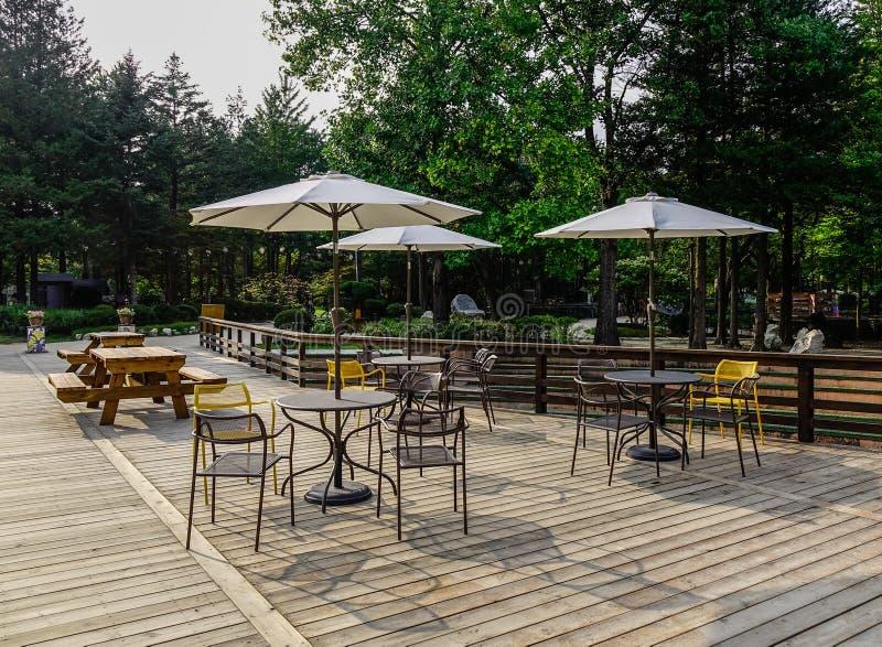 Utomhus- coffee shop med många stolar royaltyfri bild