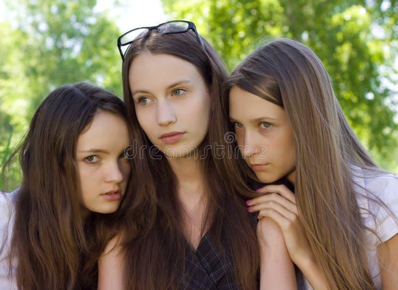 utomhus- deltagare tre för missmodig flicka fotografering för bildbyråer