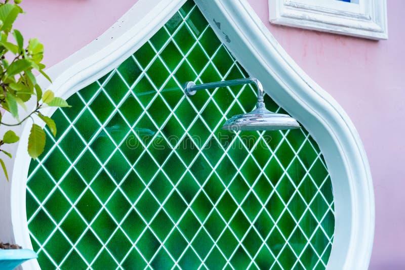 Utomhus dusch bredvid simbass?ng thailand arkivfoto