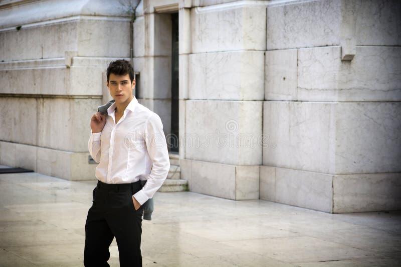 Utomhus- elegant ung affärsman, marmorvägg och arkivbild