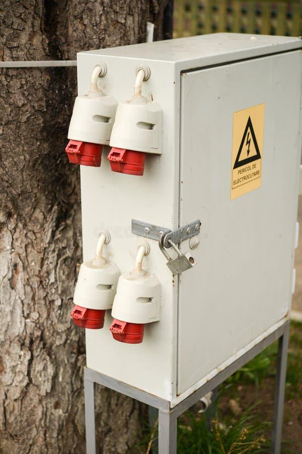 Utomhus- elektrisk kontrollask arkivfoton