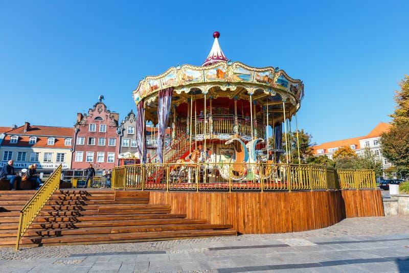Utomhus- färgglad karusell för tappningflyghäst i Wroclaw, Polen fotografering för bildbyråer