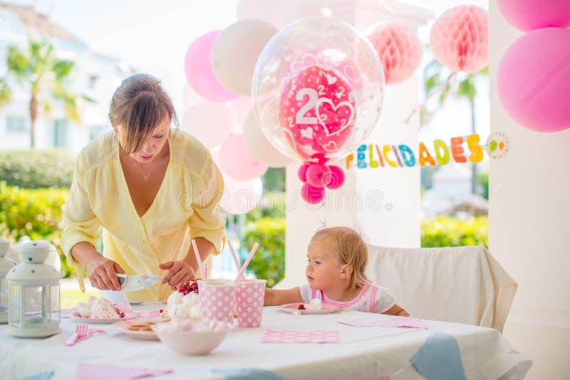 Utomhus- födelsedagparti för lite gullig flicka royaltyfri fotografi