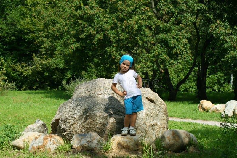Utomhus- förtjusande liten flicka royaltyfri foto