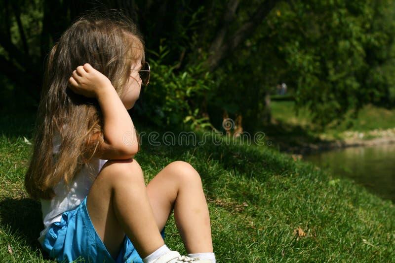 Utomhus- förtjusande liten flicka arkivbild