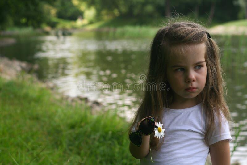 Utomhus- förtjusande liten flicka royaltyfria bilder