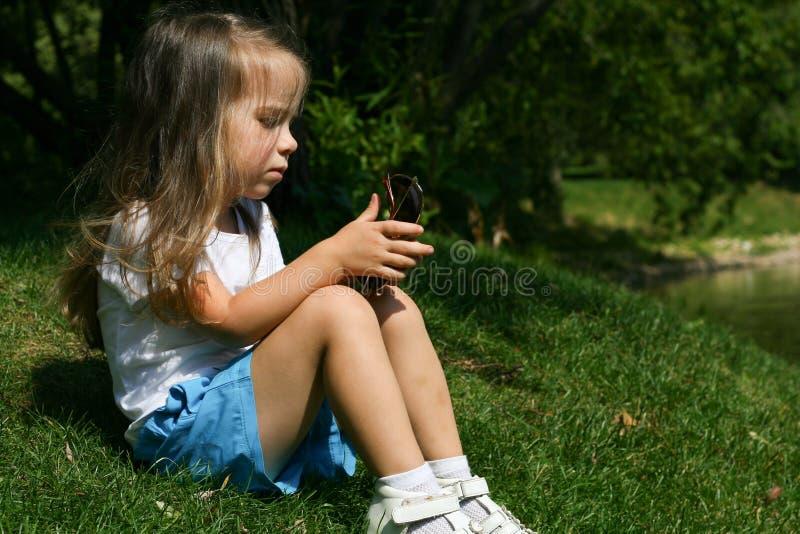 Utomhus- förtjusande liten flicka royaltyfria foton