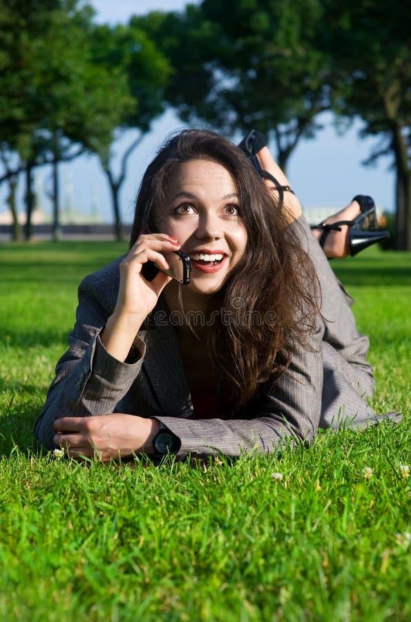 utomhus- förvånad kvinna för affär royaltyfri fotografi