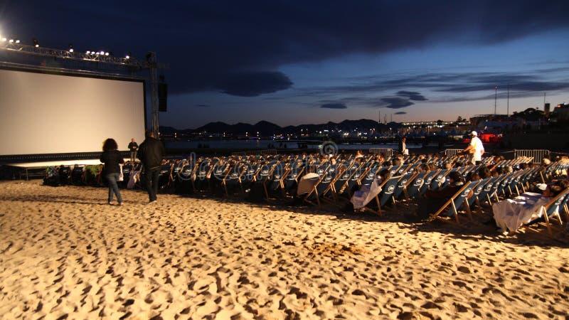 Utomhus- filmprojektion under den Cannes filmfestivalen 2013 royaltyfri bild