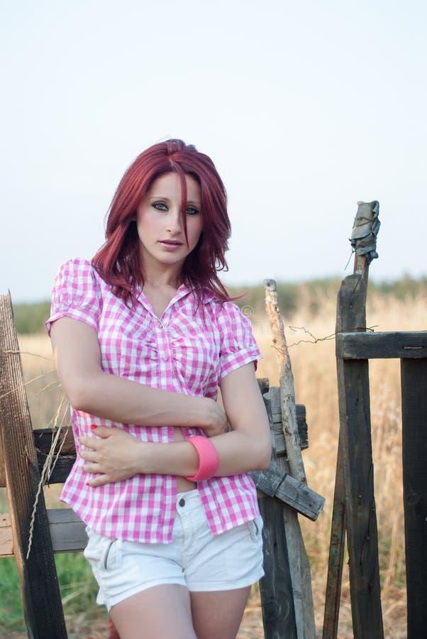 Utomhus- fors av en röd hårkvinna royaltyfri fotografi