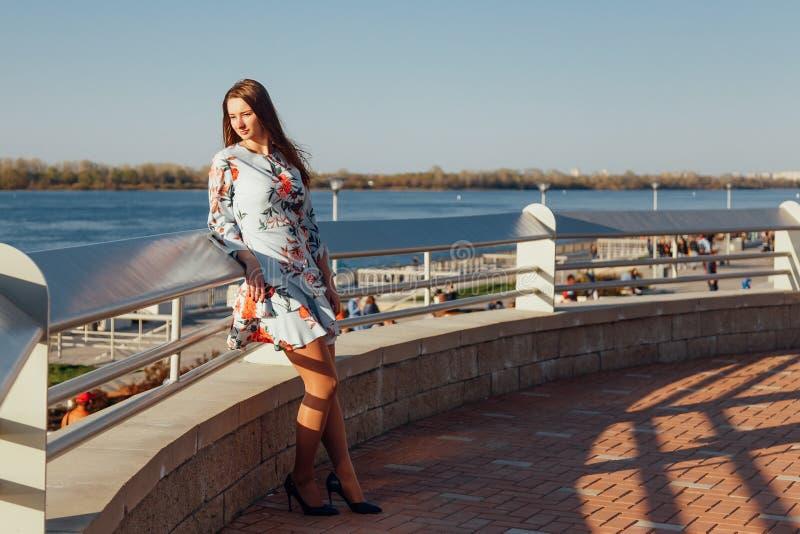 Utomhus- foto av en romantisk europeisk kvinna med långt hår som spenderar tiddet fria som undersöker en europeisk stad royaltyfri bild