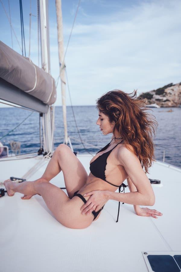 Utomhus- foto för mode av den härliga unga kvinnan som poserar på yachter royaltyfria foton