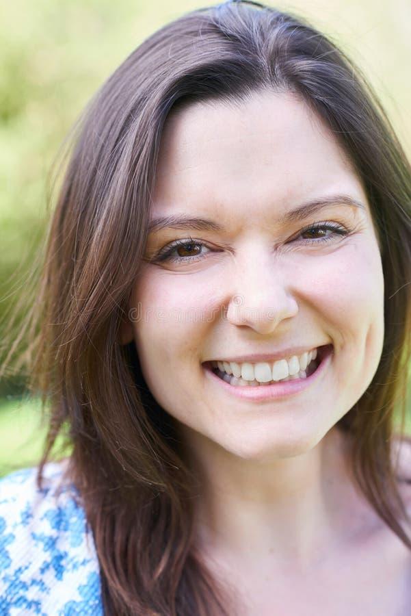 Utomhus- Head och skuldrastående av att skratta den unga kvinnan fotografering för bildbyråer