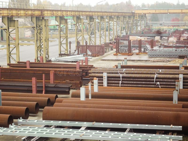 Utomhus industriellt lager av färdiga stålrör och metallprodukter royaltyfri fotografi