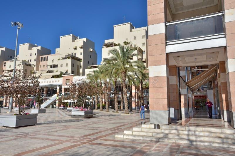 Utomhus- köpcentrum i Kfar Saba, Israel royaltyfri bild