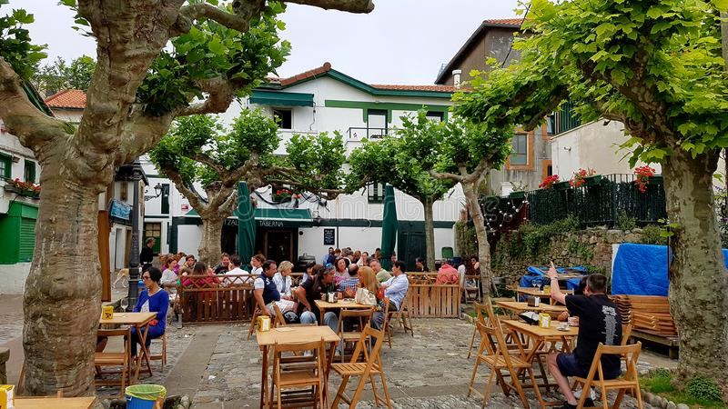 Utomhus- kafé i Puerto Viejo, Bilbao, Spanien arkivbild