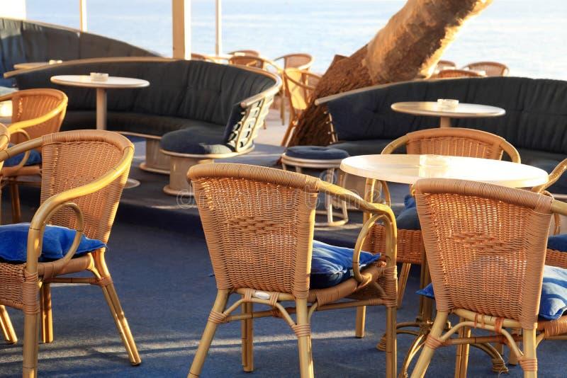 Utomhus- kafé med vide- stolar royaltyfria foton