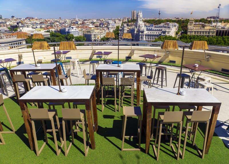 Utomhus- kafé på taket i Madrid, Spanien royaltyfria foton