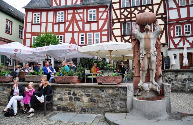 Utomhus- kafé, riddare av den Hattstein statyn, stadskärna av Limburg, Tyskland arkivfoto