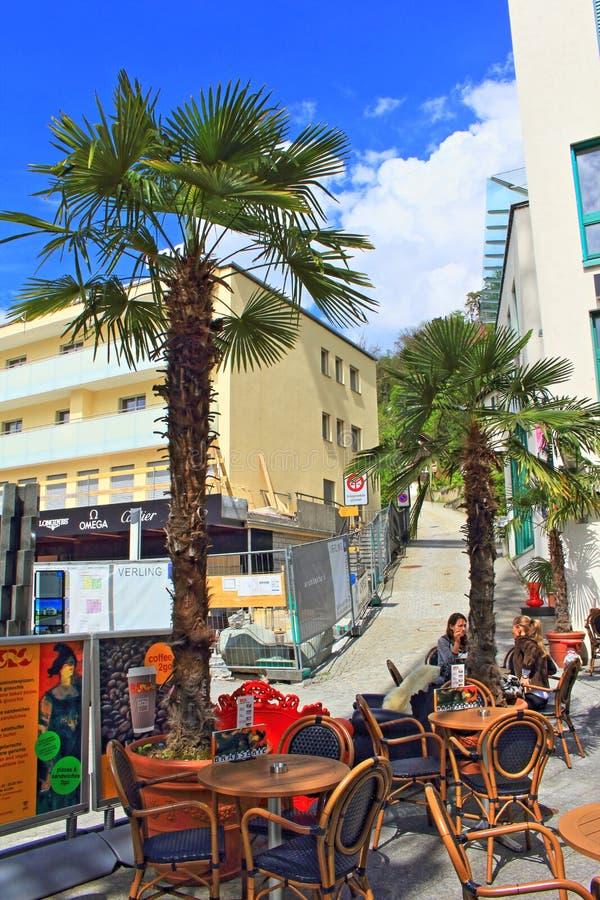 Utomhus- kafé Vaduz Liechtenstein arkivfoto