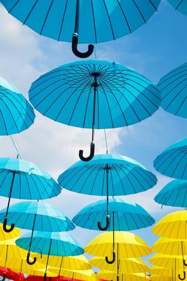 Utomhus- konstdesign och dekor Paraplyflöte i himmel på solig dag Installation för paraplyhimmelprojekt Ferie och royaltyfri foto