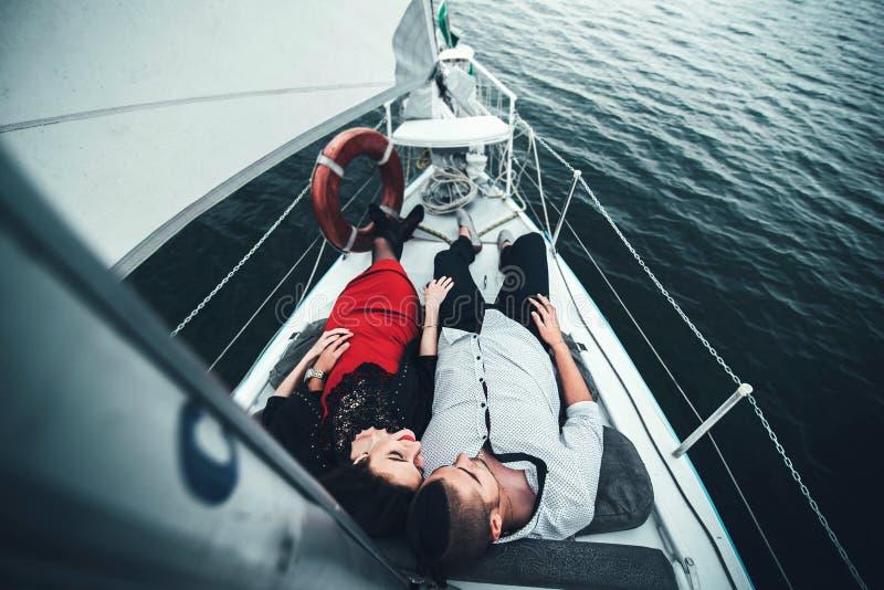 Utomhus- koppla av för nätta par på yachten arkivfoto