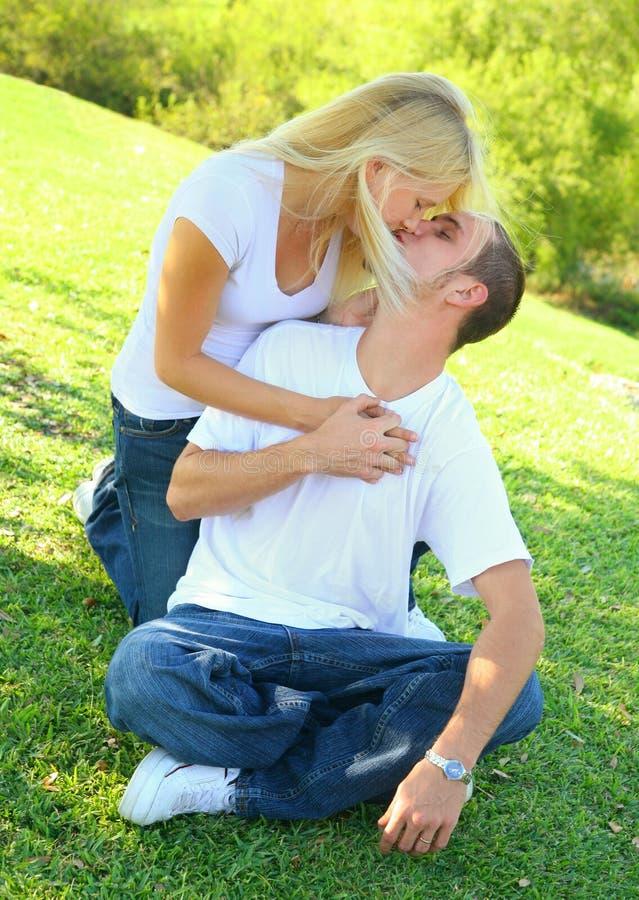 utomhus- kvinna för caucasian man för kyss älskvärd royaltyfria foton