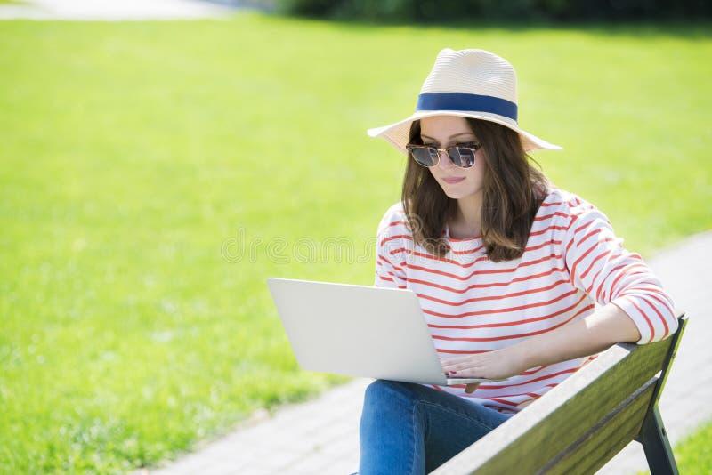 utomhus- kvinnabarn för bärbar dator arkivbild
