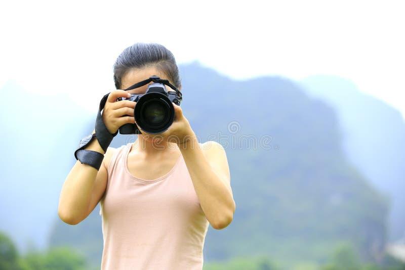Utomhus- kvinnafotograf royaltyfri bild