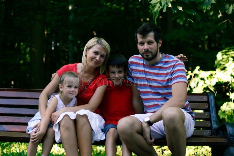 Utomhus- le för lycklig familj på kameran royaltyfria bilder