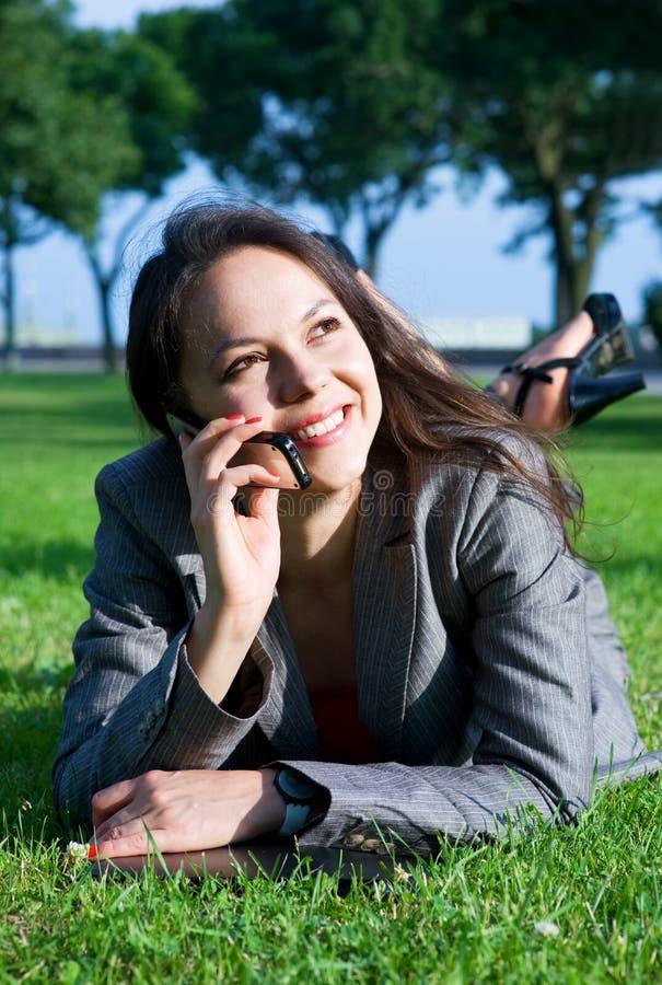 utomhus- le kvinna för affär arkivfoto
