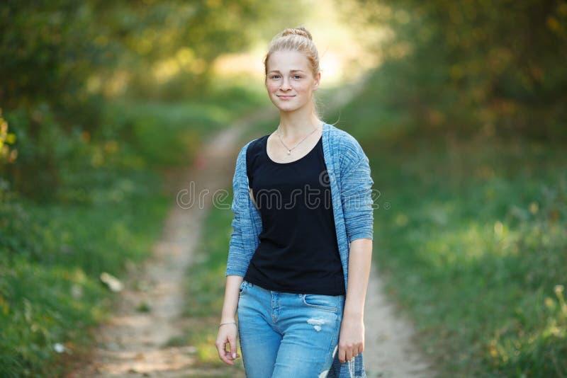 Utomhus livsstilstående av den unga förtjusande nya seende rödhårig mankvinnan med ursnyggt extra långt hår för fräknar Sinnesrör fotografering för bildbyråer