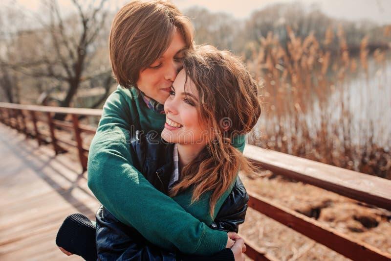 Utomhus- livsstilstående av unga lyckliga par royaltyfria bilder
