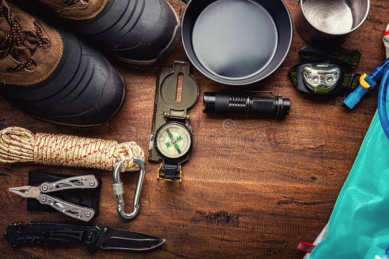 Utomhus- lopputrustningplanläggning för en trekking campa tur för berg arkivfoton
