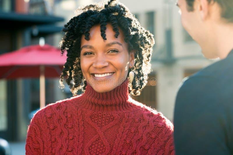 Utomhus- lycklig afrikansk kvinna arkivfoto