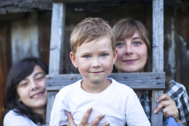 Utomhus- lycklig familj, lite pojke i förgrunden Förälskelse fotografering för bildbyråer