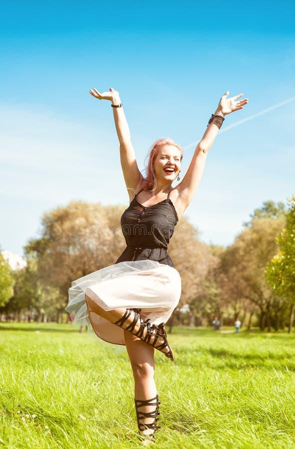 Utomhus- lycklig härlig kvinna arkivfoto