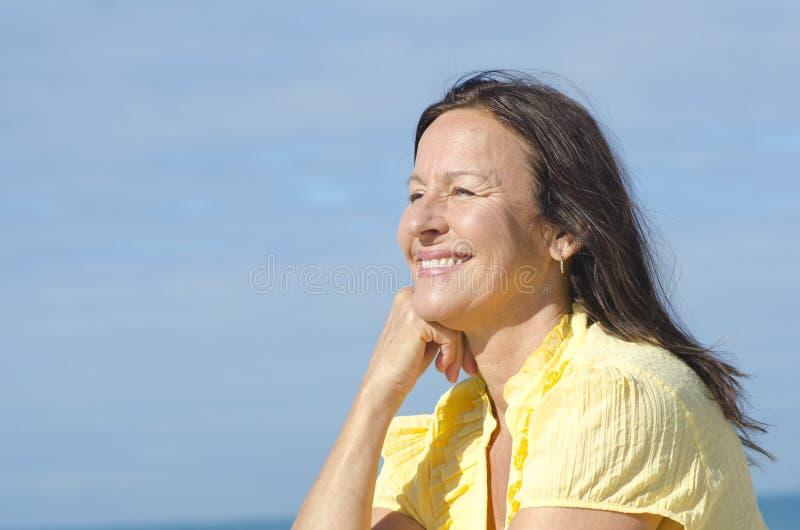 Utomhus- lycklig mogen kvinna för stående royaltyfri foto