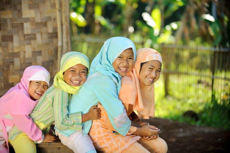 utomhus- lyckliga ungar arkivfoto