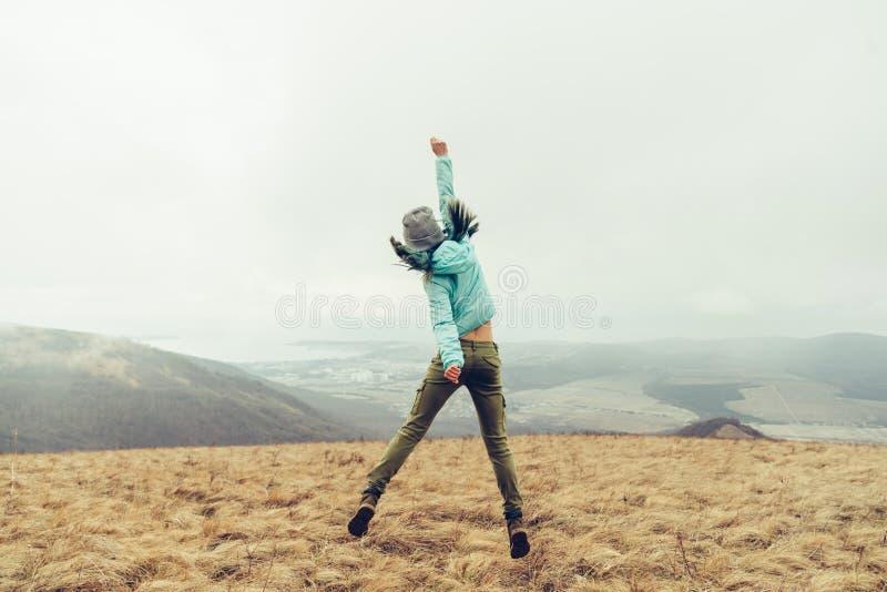 Utomhus- lyckligt hopp royaltyfri fotografi