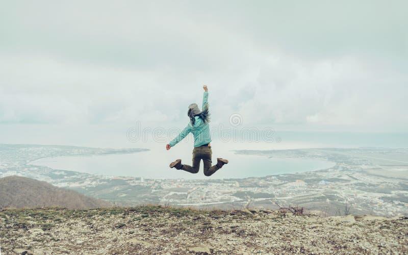 Utomhus- lyckligt hopp fotografering för bildbyråer