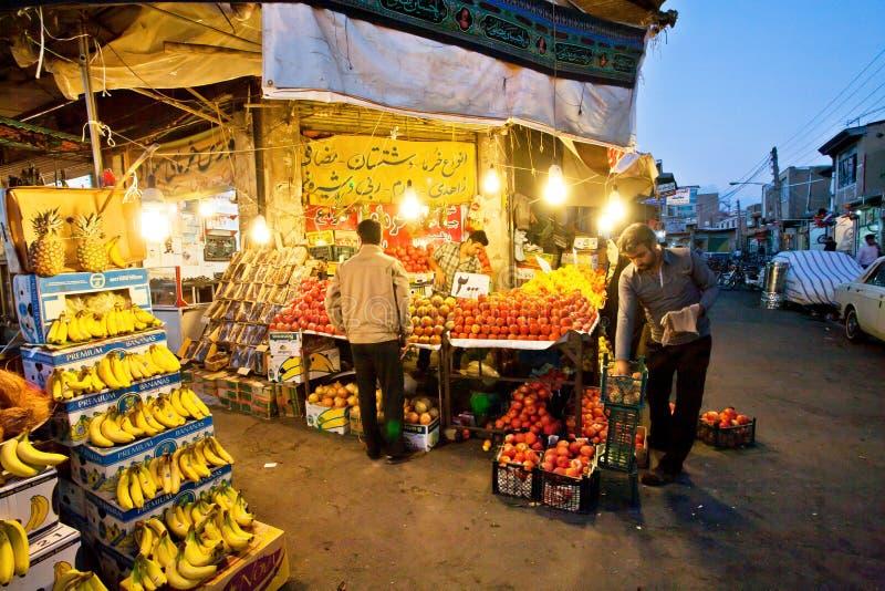 Utomhus- marknad för afton med bananer, äpplen och exotiska frukter som väntar på sista kunder arkivbilder