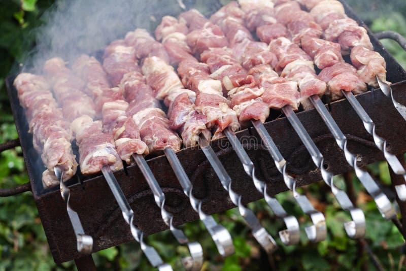 Utomhus- matlagning av Shashlik, kötträtt royaltyfri bild