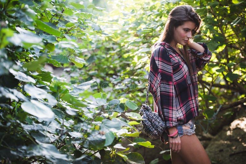 Utomhus- modebild av den stilfulla unga damen, innegrej Livsstilstående av att bedöva hipsterflickan, bära som är elegant royaltyfri foto