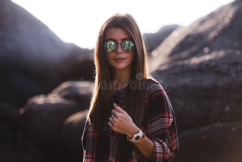 Utomhus- modebild av den stilfulla unga damen, innegrej Livsstilstående av att bedöva hipsterflickan, bära som är elegant arkivfoto