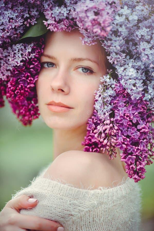Utomhus- modefoto av en härlig ung blåögd kvinna Sömlös textur härlig blond flicka i lila blommor Doft med ett s royaltyfri bild