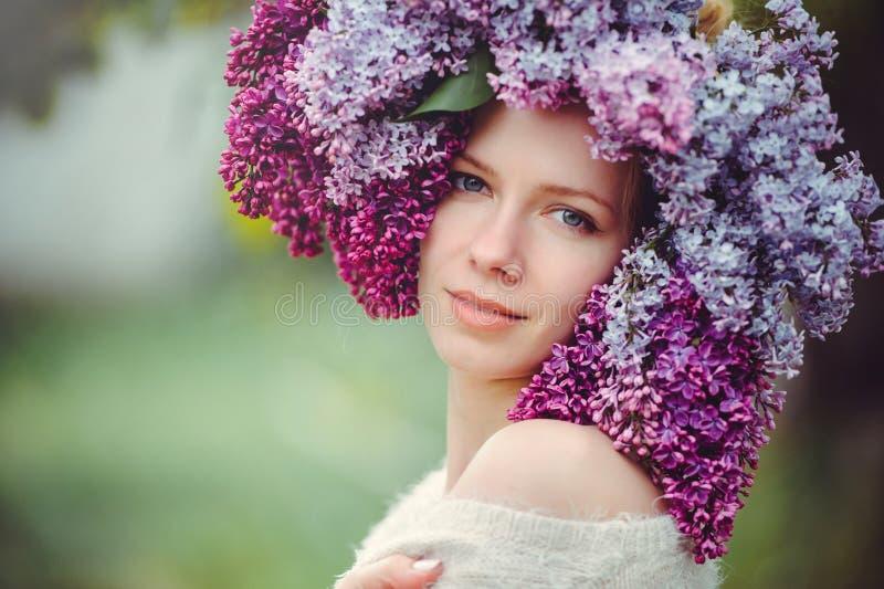Utomhus- modefoto av en härlig ung blåögd kvinna Sömlös textur härlig blond flicka i lila blommor Doft med ett s fotografering för bildbyråer