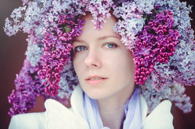 Utomhus- modefoto av en härlig ung blåögd kvinna Sömlös textur härlig blond flicka i lila blommor Doft med ett s arkivfoton